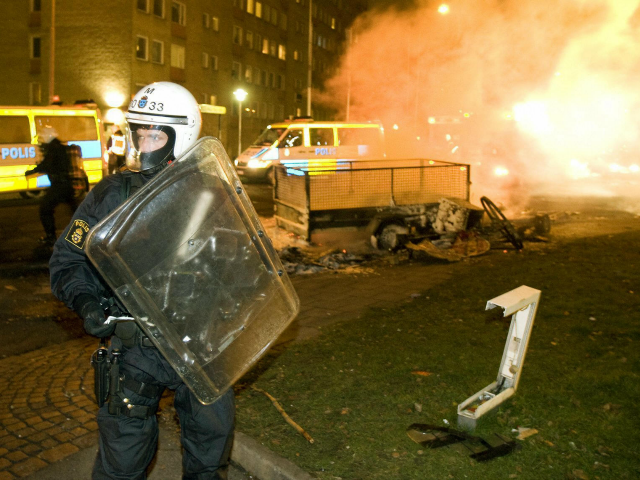 Swedish-police-in-Malmo-responding-to-arson-and-riots-640x480